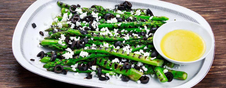 Gegrillter Spargel mit Ziegenkäse und Oliven