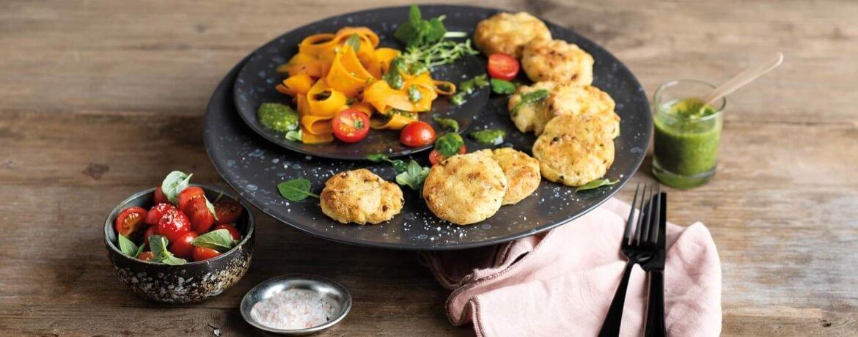 Kartoffel-Plätzchen mit Tofu an Karotten und Pesto von Petersilie und Walnuss
