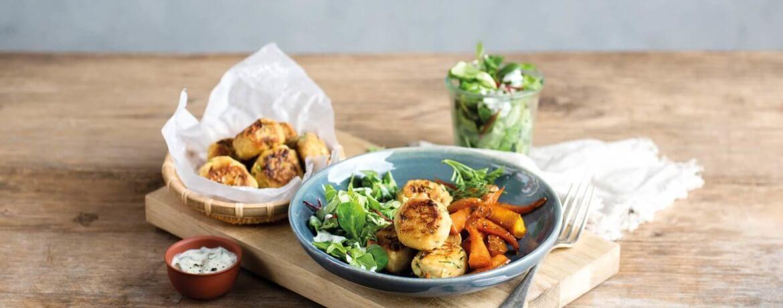 Zucchini-Falafel mit Ofen-Karotten und Salat