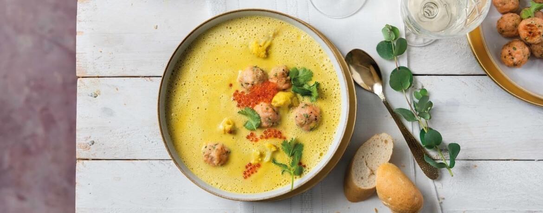 Kokos-Blumenkohl-Suppe mit Lachs-Frikadellen und Kaviar