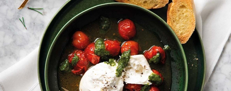 Büffel-Burrata mit gerösteten Tomaten und Oliven an Walnuss-Baguette