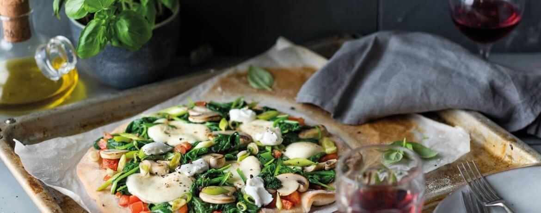 Spinat-Pizza mit Pilzen und Mozzarella