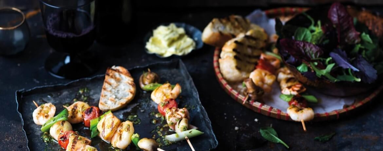 Bunte Fisch-Garnelen-Spieße mit Limettenbutter