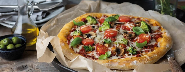 Pizza mit Brokkoli und Champignons
