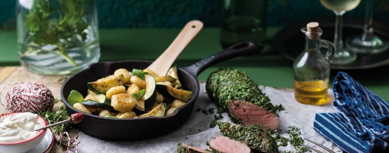Schweinefilet im Kräutermantel mit Pfanne aus Gnocchi und Zucchini