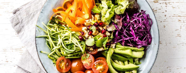 Bunter Buddha Bowl Salat mit Avocado und Sonnenblumenkernen