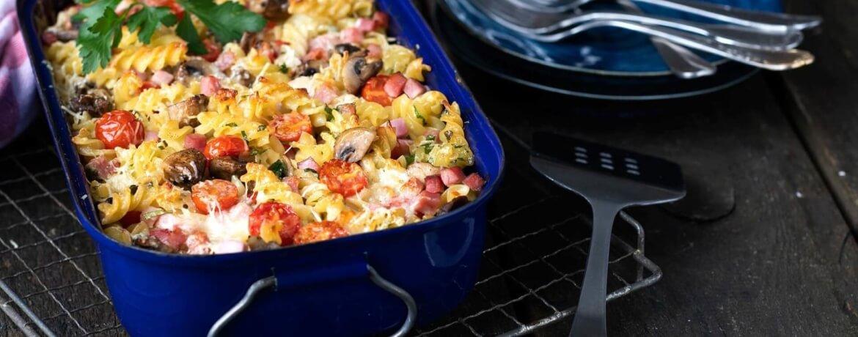 Schinken-Nudel-Auflauf mit Champignons und Tomaten