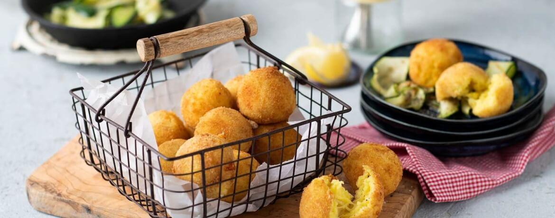 Kartoffel-Käse-Bällchen auf Zucchini-Streifen