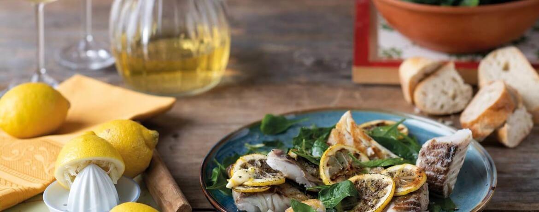 Seelachsfilet auf Zitronen-Spinat-Salat