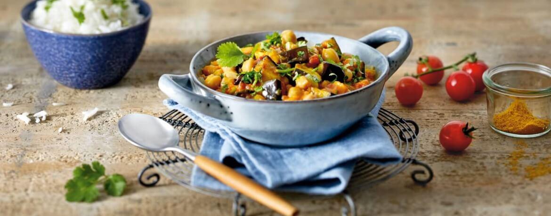 Kokos-Curry mit Kichererbsen und gerösteten Auberginen an Reis