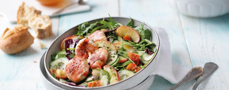 Ziegenkäse im Speckmantel auf Salat mit Senf-Vinaigrette