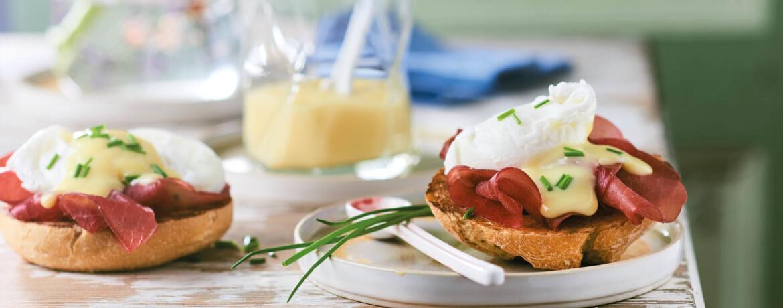Eggs Benedict mit schneller Hollandaise