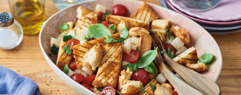 Panzanella-Salat mit Melone und Grillkäse