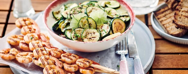 Garnelenspieße mit gegrillten Zucchini und Limetten-Salat
