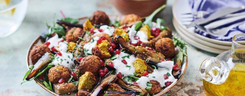 """Falafel Salat mit """"glazed"""" Auberginen und Tahini-Dressing"""