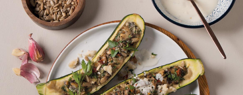 Gefüllte Zucchini mit gebratenen Pilzen und Knoblauchjoghurt