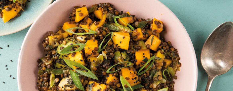 Linsen-Bowl mit Mango, Avocado und Erdnussdressing