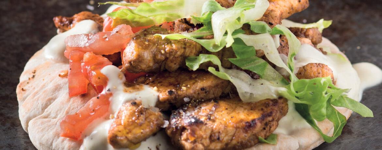 Pita mit Gyrosfleisch, Ofengemüse und Honig-Senf-Dip