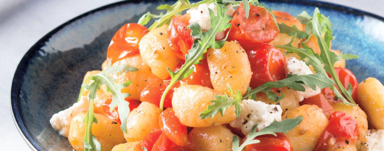 Gnocchipfanne mit Karamelltomaten und Limetten-Mozzarella-Topping