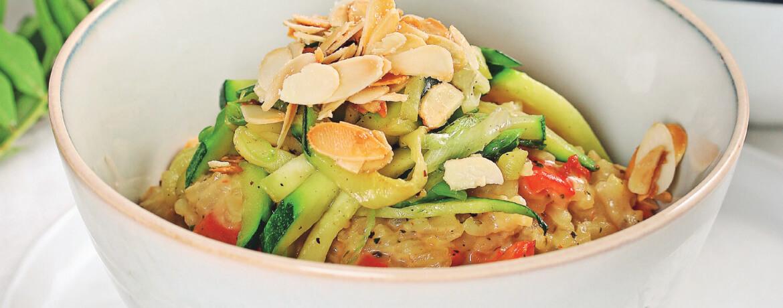 Crèmiges Paprikarisotto mit Zucchini und gebrannten Mandeln