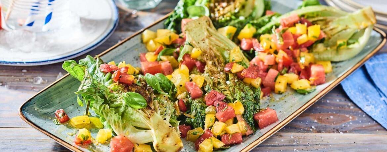 Gegrillter Römersalat mit Salsa aus Melonen und Tomaten