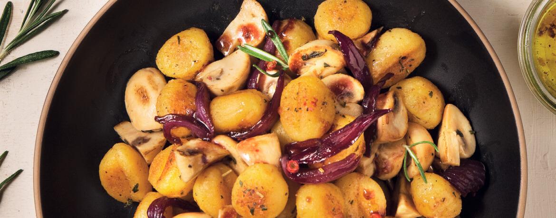 Gnocchi in Rosmarinbutter mit Rotweinzwiebeln und gebratenen Champignons