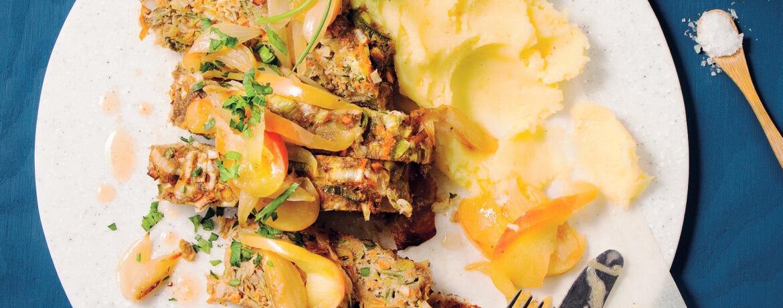 Gemüsehackbraten mit Kartoffelpüree und geschmorten Äpfeln und Zwiebeln