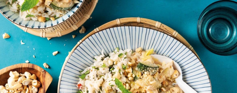Kokos-Erdnuss-Hühnchen mit Reis und Cashewkernen