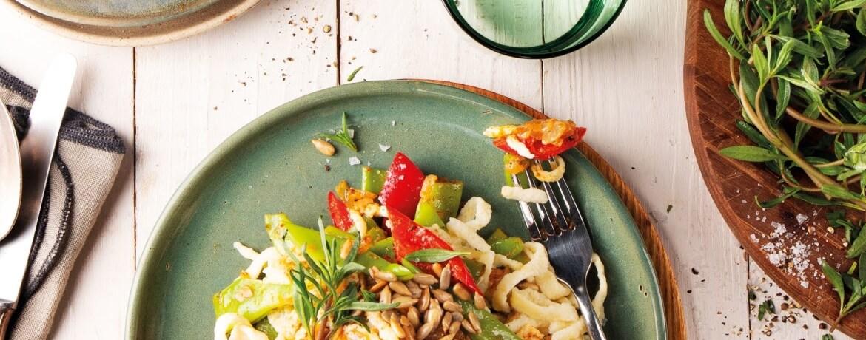 Gemüse-Spätzle mit Bohnen, Paprika und Sonnenblumenkernen
