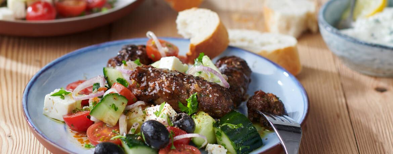 Cevapcici mit griechischem Salat