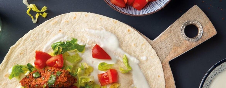 Vegetarische Çiğ-Köfte in Wraps mit Joghurt, Salat und Tomaten