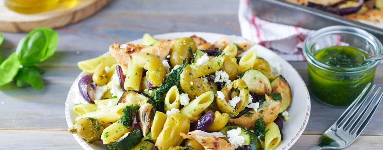 Italienischer Nudelsalat mit Hähnchen und grünen Oliven
