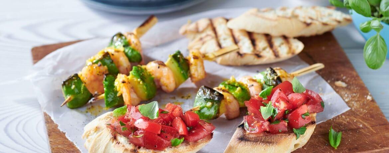 Garnelen-Avocado-Spieß mit Bruschetta