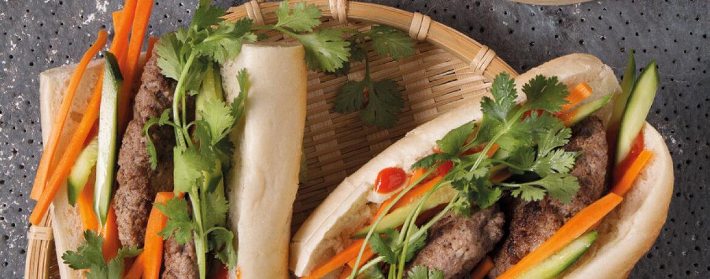 Bánh Mi mit Meatballs, Ingwermayonnaise und Süßkartoffelpommes