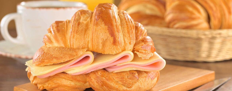 Croissant mit Schinken und Käse