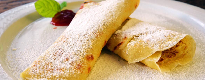 Pfannkuchen mit Marmelade und Puderzucker