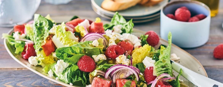 Salat mit Melone und Himbeeren