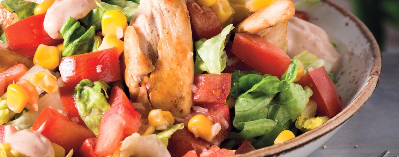 Hähnchenstreifen mit BBQ-Dip auf buntem Salat