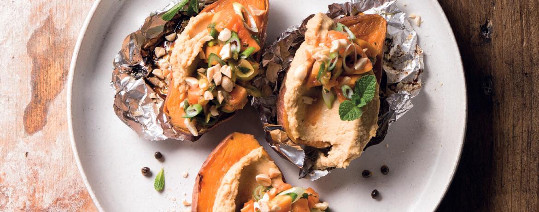 Gebackene Süßkartoffeln mit Erdnusshummus und Papayasalsa