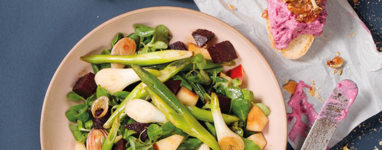 Ziegenkäse-Walnuss-Crostini und Feldsalat mit Apfel und Roter Bete
