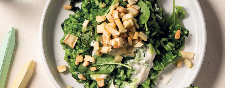 Cremiger Spinat-Pastinaken-Risotto mit Kohlrabi-Apfel-Salat und Pinienkernen