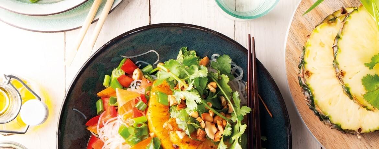 Gegrillte Ananas auf würzigem Asia-Glasnudel-Salat