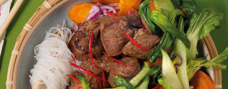 Asiatisches Rindfleisch mit Glasnudeln und Gemüse