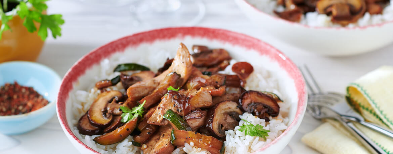 Wok-Gemüse mit gebratener Pute und Reis