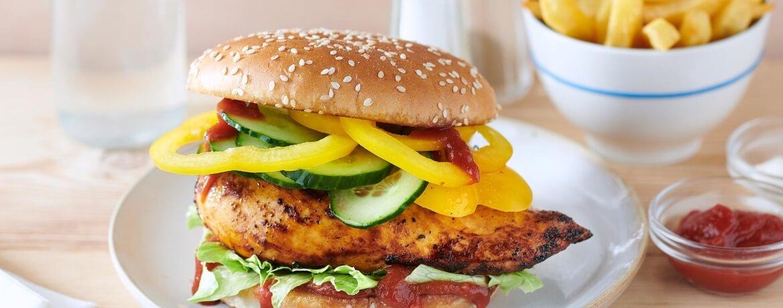 Curryhähnchen-Burger mit Paprika und Salat