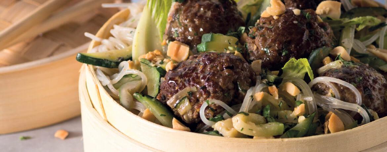 Asia-Meatballs mit Kokosdressing, Glasnudel-Gemüse-Salat und Erdnüssen