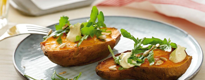 Ofen Süßkartoffel mit Salat und Ras el Hanout Dip