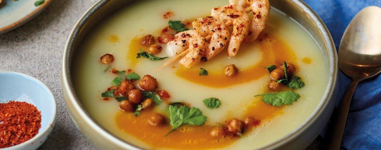 Marmorierte Karotten-Sellerie-Suppe mit Garnelenspießen