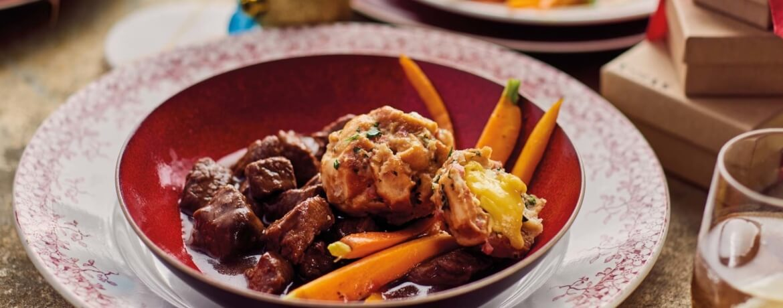 Rehgulasch mit Käse-Laugen-Knödel und Butterkarotten