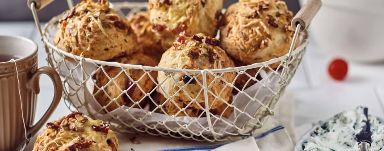 Müslibrötchen mit Käse und Speck